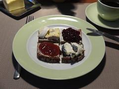 Blauschimmelkse, Cabrisac, Erdbeermarmelade und Skirschmarmelade auf NW-Brot (multipel_bleiben) Tags: essen zugastbeifreunden typischdeutsch frhstck marmelade kse vollkorn