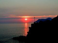 Riomaggiore, Cinque Terre - il tramonto (Tu prova ad avere un mondo nel cuore...) Tags: sunset west reflection atardecer zonsondergang sonnenuntergang liguria prdosol reflejo  riflesso  ovest coucherdusoleil  yansma  occidente reflexo     clat ouest   calardelsole