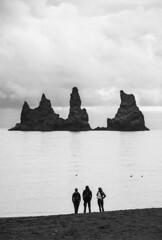 3 (Palentino) Tags: sea bw white 3 black byn blanco beach mar iceland islandia sand rocks negro playa personas vik arena rocas peolple reynisdrangar vikimyrdal