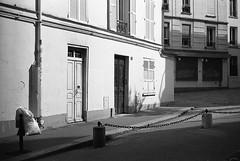 Morning light in Paris (Amelien (Fr)) Tags: 131 11 2016 400 50f11 50mm anj analog argentique believeinfilm capturedonrealfilm dilutionb epson film fuji fujifilm hc110 leica mp msoptical neopan pellicule sonnetar blackandwhite bw filmisnotdead homescanned monochrome nb noiretblanc rangefinder telemetrique v550