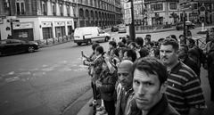 point de vue (Jack_from_Paris) Tags: r0001561bw ricoh gr apsc capture nx2 lr monochrom noiretblanc noir et blanc street paris hotel de ville urbain urban asiatiques touristes photo