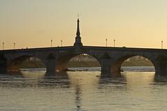 Blois (Loir-et-Cher) (sybarite48) Tags: blois loiretcher france pont brcke bridge   puante  ponte  brug most  kpr fleuve fluss river   ro  fiume  rivier rzeka rio  nehir laloire loire coucherdesoleil sunset   puestadelsol  tramonto  zonsondergang zachdsoca prdosol  gnbatm