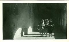 Fotografa original sin ninguna referencia. (gubama) Tags: personas retratos convento monasterio pasillo fotografa claustro