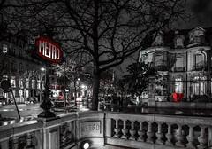 Paris ... (Les iso d'Isa) Tags: paris canon rouge noiretblanc metro tokina toureiffel desaturation nuit partielle 70d
