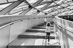 immer weiter (in explore) (tan.ja1212) Tags: mädchen girls monochrom bmwwelt münchen munic treppe stairs stufen geländer glasdach schatten shadow