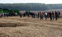 09-IMG_1828 (hemingwayfoto) Tags: acker ausstellung besucher erntemaschine europa feld kartoffel kartoffel1 kartoffelroder messe roden spur traktor