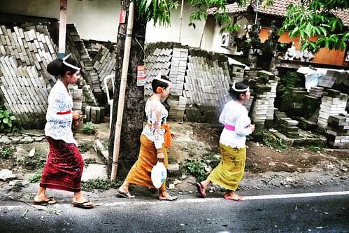 #sembahyang #bali #Indonesia #traditionalcostume #walking #budaya #balinese #streetphoto #streetphotography #sfi_streetphotography #sfi #fujifilm #nrhastuti #instanusantara #instabali