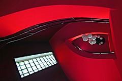 Dove vanno a finire i palloncini? (meghimeg) Tags: 2016 ventimiglia scala stairs lampadario lamp rosso red royo rot encarnado finestra window salita up