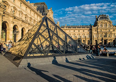 Ombre al Louvre (marypink) Tags: light sky paris france clouds square shadows louvre ombre museo piazza francia parigi piramide nikond3200 nikkor18105mmf3556