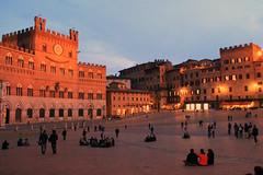 Siena, piazza del campo01 (Aiils) Tags: trip travel sunset italy canon square italia tramonto atmosphere tuscany campo siena luci piazza toscana viaggi sera