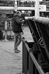 Nachsaison (4) (Rdiger Stehn) Tags: blackandwhite bw germany deutschland blackwhite europa leute menschen stadt monochrom kiel schleswigholstein 2000s strandkrbe altermarkt norddeutschland mitteleuropa 2015 schwarzweis strase 2000er schwarzundweis kielaltstadt