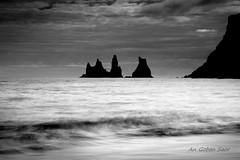 Reynisdrangar (An Gobn Saor) Tags: bw iceland needles volcanic basalt seastack vk reynisdrangar dyrhlaey reynisfjall vkmrdal landdrangur angobnsaor gobnsaor skessudrangur langhamar