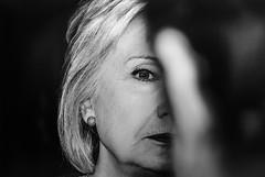 Il diavolo veste Hillary (Alberto Cameroni) Tags: markpeterson reporter photographer festivaldellafotografiaetica lodi bn bw biancoenero blackandwhite noiretblanc fotodifoto hillaryclinton mostre