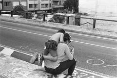"""posta pb me"" - Minhoco, sp (vintequatro10) Tags: sp sampa rua fotografiaderua fotografiadocumental streetphotography streetphotographer street pb bw pretoebranco blackandwhite family film filmisnotdead pentax km 50mm kodak kodaktmax iso100 tmax100"