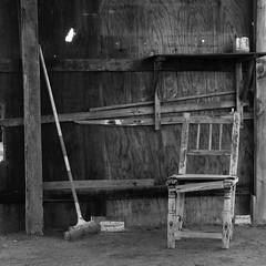En ruinas, pero barrido (Brujo+) Tags: silla abandono escoba