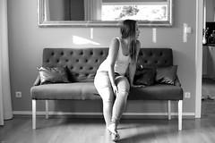 Warten... (lichtflow.de) Tags: canon eos5dmarkiii ef50mmf14 festbrennweite sw schwarzweis bw indoor spiegel hund dog availablelight woman frau
