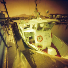 Nivelle V (Garuna bor-bor) Tags: camera film port 35mm geotagged puerto muelle diy dock barco ship harbour superia pinhole lightleak v homemade kai 200 expired bateau quai euskalherria basquecountry matchbox paysbasque fotografía saintjeandeluz paísvasco fujicolor 2015 lapurdi portu sténopé sanjuandeluz donibanelohizune redscale nivelle itsasontzi argazkilaritza caducado estenopéica escaladerojos estenopeikoa labourd labort perimé geolokalizatua geokokatua バスク国 eskalagorria iraungituta orratzulo