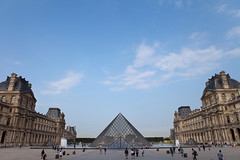 Big sky over The Louvre (Mikey Down Under) Tags: paris france thelouvre louvre art musuem square public blue sky morning pyramid place piazza