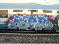 087 (en-ri) Tags: note giz gizmo grigio blu train torino graffiti writing bianco