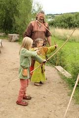 249 Haithabu WHH 17-07-2016 (Kai-Erik) Tags: geo:lat=5449026637 geo:lon=956608068 geotagged haithabu hedeby heddeby heiabr heithabyr heidiba siedlung frhmittelalterlichestadt stadt wikingerzeit wikinger vikinger vikings viking vikingr huser vikingehuse vikingetidshusene museum archologie archaeology arkologi arkeologi whh wmh haddebyernoor handelsmetropole museumsfreiflche wall stadtwall danewerk danevirke danwirchi oldenburg schleswigholstein slesvigholsten slesvigland deutschland tyskland germany 8sommermarkt hndler handwerk handwerker markt wikingermarkt marktgeschehen 17072016 17juli2016 17thjuly2016 07172016 httpwwwhaithabutagebuchde httpwwwschlossgottorfdehaithabu