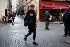 Le Havane (Paolo Pizzimenti) Tags: copain mr g montparnass lahavane jeune journaux lire paris montparnasse ami paolo olympus zuiko penf 12mm 25mm f2 f18 film pellicule argentique doisneau