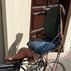 ohne Prüfsiegel-without test seal (Anke knipst) Tags: fahrradsitz seat bike bicycle tüv din norm jeans ledergurt leatherbelt rethymnon griechenland kreta crete greece