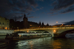París - Pont Neuf (Juan Ig. Llana) Tags: paris îledefrance francia puentenuevo pontneuf puente sena río agua noche anochecer barco bateaux turistas laconciergerie