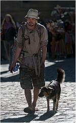Plerin et son chien (leonhucorne) Tags: plerin espagne saintjacquesdecompostelle street reportage personnage europe pierinage