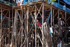 Habitants perchs sur des maisons en pilotis  Kompong Phluk sur le lac Tonl Sap (Aurlie Jouanigot) Tags: lac tonlsap floatingvillage people cambodge villageflottant lake kompongphluk northouest cambodia tonlsap