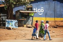 (isac babel) Tags: famiglia donne commercio telecomunicazioni colori africa tanzania