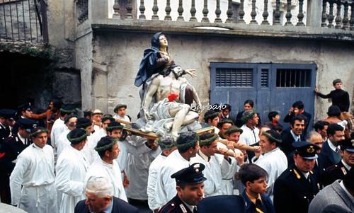 """Nocera Terinese (CZ), 1973, la processione della Madonna Addolorata: il rito dei """"vattienti""""."""