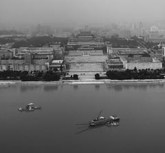 Plaza Kim Il Sung, desde la torre Juche, en la otra orilla del ro Taedong. La torre del ideario Juche tiene 170 metros de alto y junto a la plaza Kim Il Sung representa el centro, poltico, histrico y social de Pyongyang. RPD Corea (pirindao) Tags: ro canon river boat asia barco ship pyongyang coreadelnorte taedong kimilsungsquare taedongriver northcorea rpdcorea plazakimilsung riotaedong