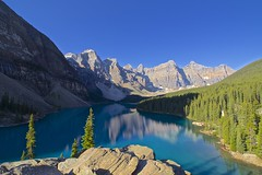 Moraine Lake (CANNIVALS) Tags: viaje canada color colour trekking 35mm landscape lago agua sony paisaje alberta rockymountain banff vistas fullframe montaña morainelake rocosas ladera ilce 7r azulturquesa lagomoraine
