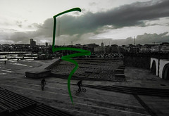 THE GREEN SYMBOL (Haiku99) Tags: street urban blancoynegro monocromo bicicleta airelibre