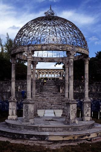 "Bahamas 1988 (278) Paradise Island: Versailler Garten und Kloster • <a style=""font-size:0.8em;"" href=""http://www.flickr.com/photos/69570948@N04/23833042940/"" target=""_blank"">View on Flickr</a>"