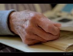 :-)) (PCB75) Tags: m mans hand hands mano manos main mains llegir full llibre mare dit dits catalunya catalogne catalonia katalonien catalogna ainhoa 2016