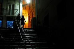Couleur dans la pénombre (Marty Gazio) Tags: lisbonne portugal nuit night light couleurs bleu jaune lumière silouettes couple escaliers orange