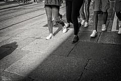 (...) (ngel mateo) Tags: ngelmartnmateo ngelmateo irlanda dubln ireland eire erin irish  calle urbano pareja sombra andando paseando urban street couple shadow walking