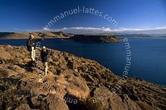 Site de Sillustani, la Laguna Umayo (Puno, Pérou). (Emmanuel LATTES) Tags: show blue sky people woman mountain lake man peru water look rock america montagne trekking trek pose landscape eau quiet looking character south femme scenic lac du fresh bleu ciel shore latin andes mineral hiker laguna paysage showing contemplate douce rocher sillustani sud homme roche freshwater admirer puno latine pérou tranquille personnage montrer randonneur amérique admire regarder minéral contempler umayo