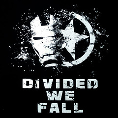 divided (Camisetas Alone) Tags: camisetas camiseta friki alone civil war divided