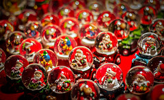 Christmas ball #FlickrFriday #ChristmasMarket (Jonathan Wartel) Tags: christmasmarket flickr flickrfriday friday f18 antonowsky eos ef red t3 march de nol montbliard christmas canon colors catchy catchycolors decoration j jonathan bokeh wartel white color neige father market