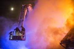 lmh-rundtjernveien107 (oslobrannogredning) Tags: bygningsbrann brann brannvesenet brannmannskaper slokkeinnsats brannslokking brannslukking stigebil lift høydemateriell arbeidihøyden arbeidpåtak taksikring hulltaking brannlift