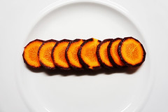 carrots for dinner :-) (Rosmarie Voegtli) Tags: carrots karotten purplehazekarotten kitchen cooking cucinare cuisiner plate teller allinarow odc ourdailychallenge orange vegetables gemse lgumes