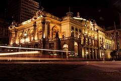 São Paulo, Brasil, centro, Teatro Municipal (Luiz Leite7) Tags: carros faróis luzes calçadas janelas luz brilho placas noite prédios postes fios pessoas sãopaulo brasil