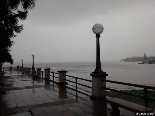 Tarde de lloviznas sobre la costanera de Corrientes