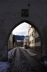 Fssen (sarowen) Tags: germany deutschland bavaria arch walk cobblestone passage fussen passageway fssen ostallgu acrchway walkfussenscwangau walkfussenschwangau