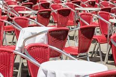 009_Flickr Nah Dran.jpg (stefan.mohme) Tags: rot jahreszeiten kroatien grundfarben iitalien venedig stuehle sommer gegenstaende