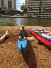 Kanotist (tompa2) Tags: gunnar kanot vatten kanal palm bil höghus waikiki honolulu hawaii