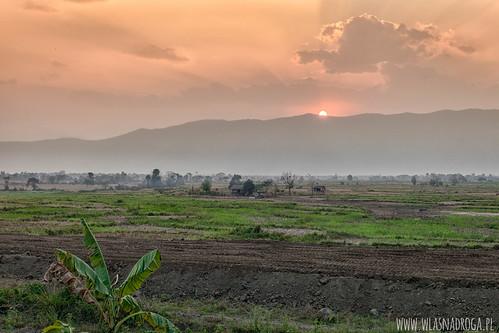 Pierwszy zachód slońca w Birmie