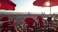 conil (cdiz) (Eliazar Torre) Tags: espaa mar andaluca spain rojo playa arena cadiz puestadesol sombrilla conil